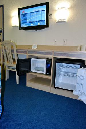 Motel 6 Red Deer: Some rooms with Mini Fridge and Microwave