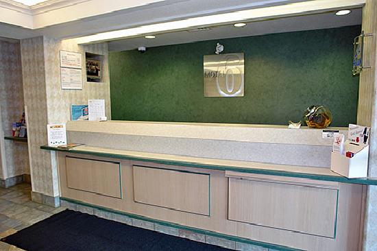 Motel 6 Red Deer: Welcoming Front Desk