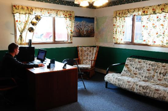 Arctic Adventure Hostel: COMMUNITY ROOM;computer area