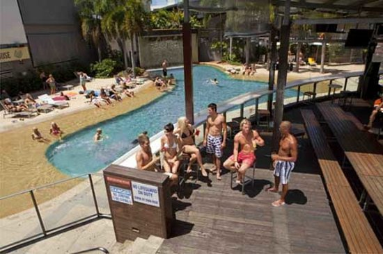 Gilligans Backpackers Hotel & Resort: By the Pool