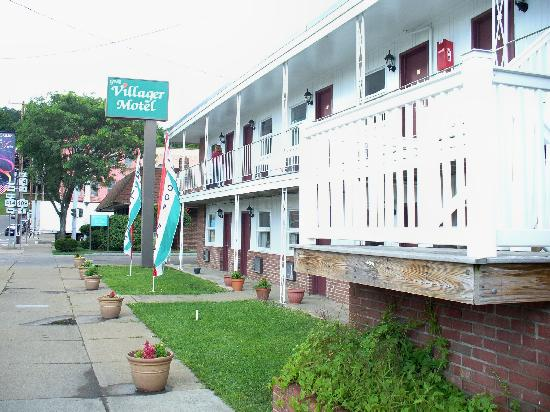 Villager Motel and Glen Manor Bed and Breakfast: 2 story Motel building