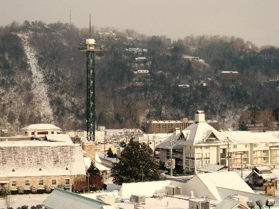Holiday Inn Club Vacations Gatlinburg-Smoky Mountain: Downtown city view from 7th floor after it snowed on downtown!