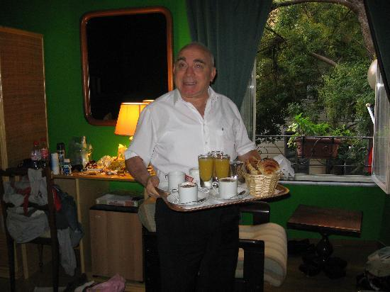 Domus Betti: Armando bringing breakfast to our room