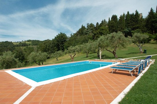 Castello di Petroia: The swimming pool