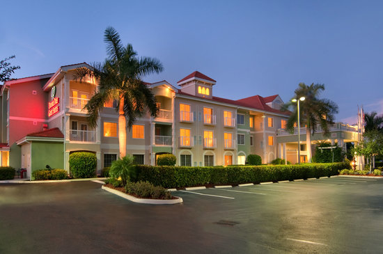 Doubletree Suites by Hilton Naples: Hotel Exterior