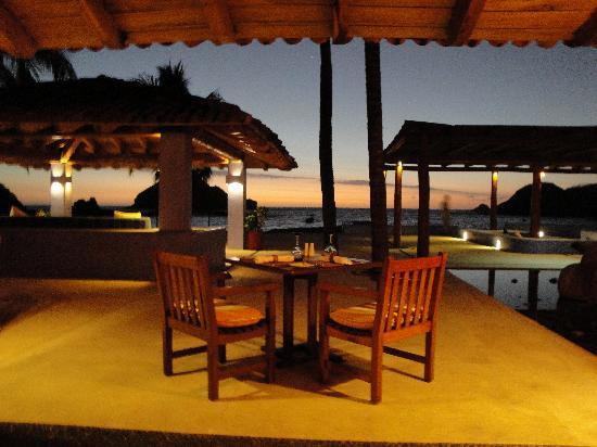 El Careyes Beach Resort: dinner at sunset