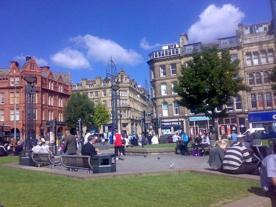Брадфорд, UK: A sunny september day in the centre of town