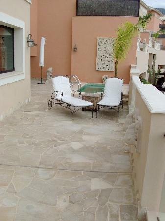 Royal Garden Villas: Spacious patio