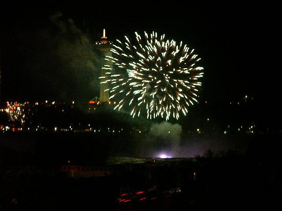 The Holiday Inn Niagara Falls: Fireworks view from hotel room