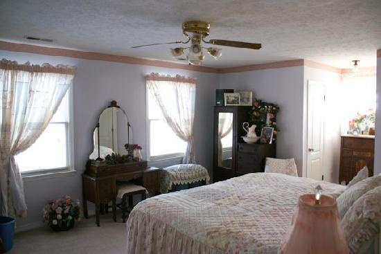 River Rest Bed and Breakfast - Birmingham: Sunrise room with 4 windows facing the lake