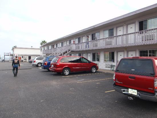 Sportsman Manor Motel: Looking toward office and bay from parking lot