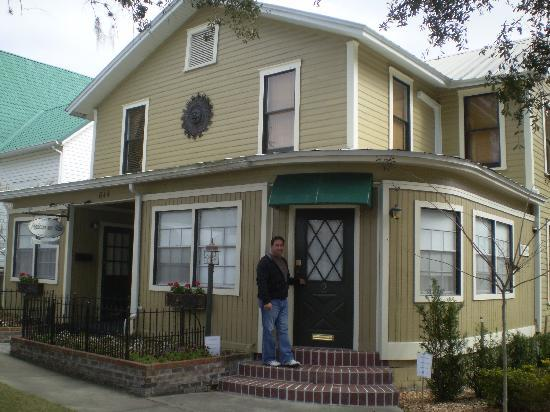 Mount Dora, Флорида: Nick in front of our room, Maison en Ville