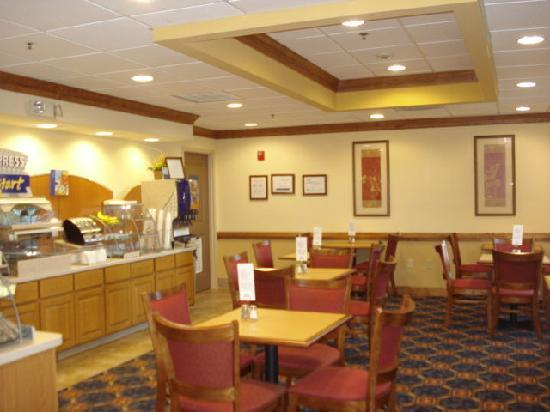Holiday Inn Express Hotel & Suites Byron: Breasfast Area
