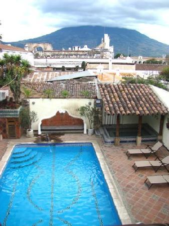 Hotel Casa del Parque: Great views of the pool area and volcano