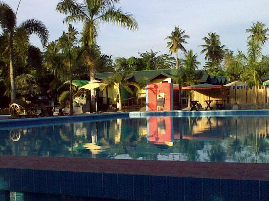 Fernandez Beach and Garden Resort: swimming pool