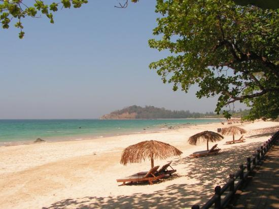 Thande Beach Hotel: Thande Beach Resort - Looking out at the Bay of Bengal! Paradise!