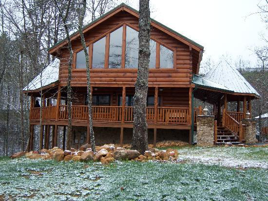 Smoky Cove Chalet and Cabin Rentals: The outside of Stone Haven Lodge.