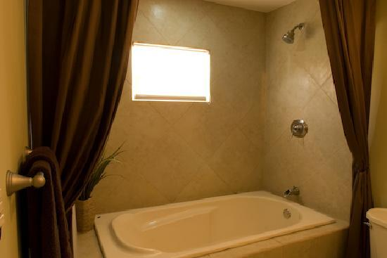 Plaza Resort: Master bathroom