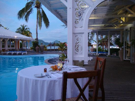 Mahebourg: a beautiful setting around the pool to enjoy your dinner