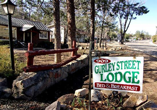 Gurley Street Lodge: Sign you see going west on Gurley