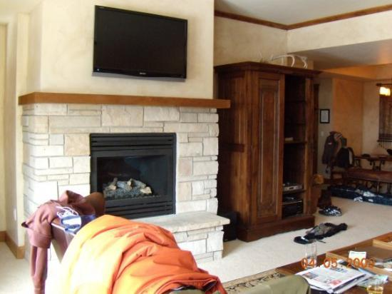 Highmark Steamboat Springs: The living room with a fire place and flat screen tv.