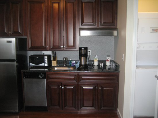Newport Beach Hotel &amp; Suites: kitchen/laundy in suite