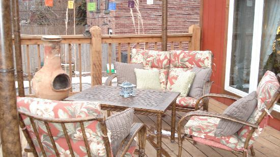 Elves Manor Guest House: Patio and hot tub opportunity