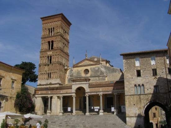 Terracina, talya: The cathedral, built on the ruins of a Roman temple. Some parts of the staircase and two columns