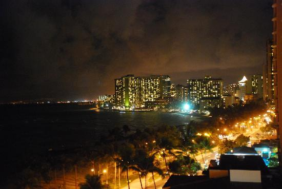 Aston Waikiki Beach Hotel: view from our room on Waikiki beach at night