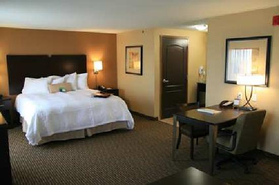 Hampton Inn & Suites Bakersfield/Hwy 58, CA: Quite comfortable and spacious rooms, allowing a restful sleep in famous Cloud Nine Bedding.