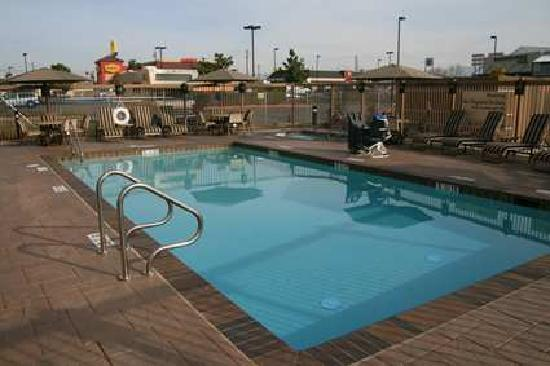 Hampton Inn & Suites Bakersfield/Hwy 58, CA: Take a swim in our heated outdoor pool or perhaps relax in our peaceful spa
