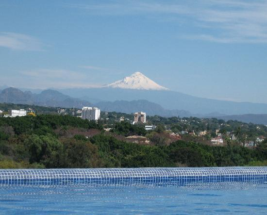 Portal La Vista: view from pool to volcano