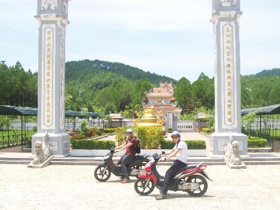 Hue, Wietnam: Bikes and Temples.