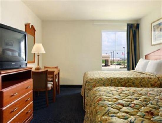 Days Inn & Suites Bayou Land: Then we changed into the double queen room