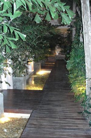Casablanca B&B: View of wooden walkway in courtyard