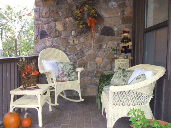 Bartee Meadow Bed and Breakfast: Welcoming Front Porch
