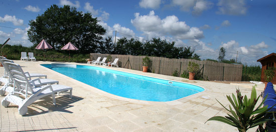 Les Petites Cigognes: Enjoy the large, heated, pool