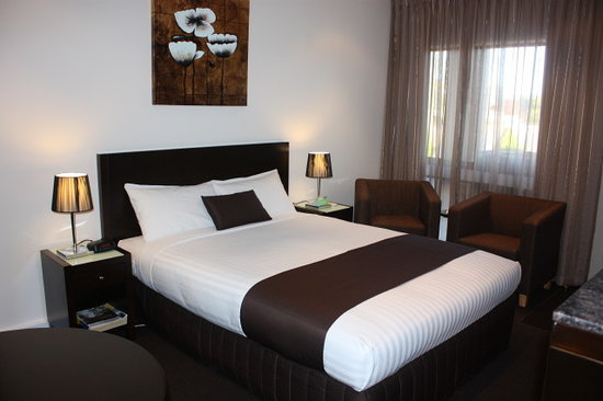 Junction Motel Maryborough: main room with queen bed