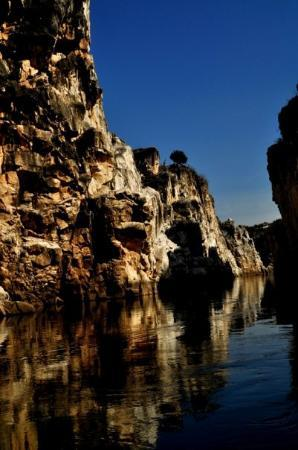 Jabalpur, Индия: Marble Rocks - boating @ the canyon