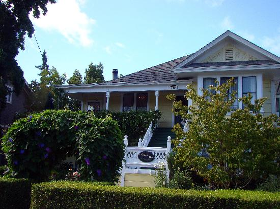 Adagio Inn: Front of Inn