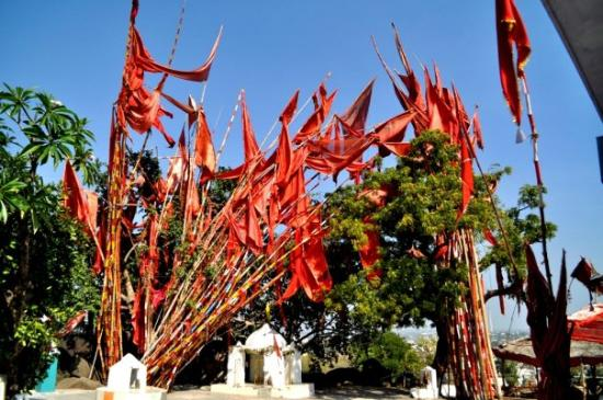 Jabalpur, Индия: Red flags @ the temple