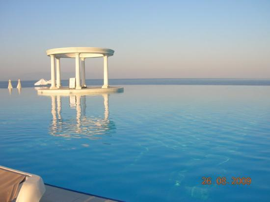 All e de la r ception picture of ozdere izmir province for Piscine a debordement
