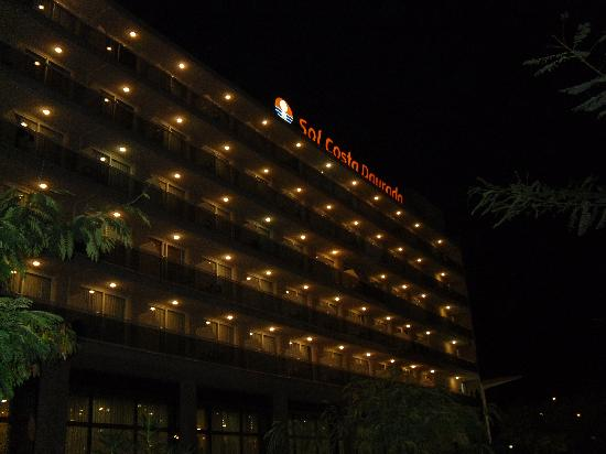 Sol Costa Daurada: hotel at night