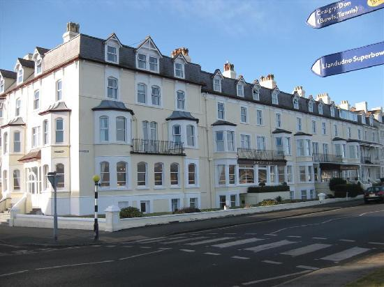 Bay County Hotel: County Hotel Llandudno is situated on the promenade