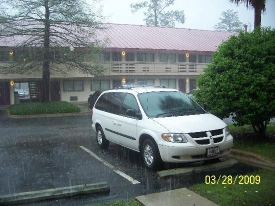 Red Roof Inn Tallahassee: Weather is NOT Red Roof's fault - parking right in front of rooms