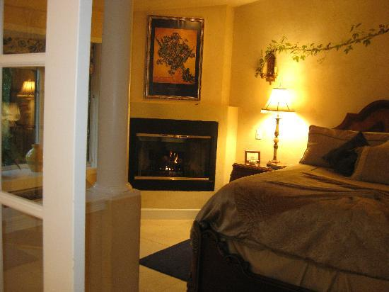 Candlelight Inn: Bedroom with fireplace and sitting area