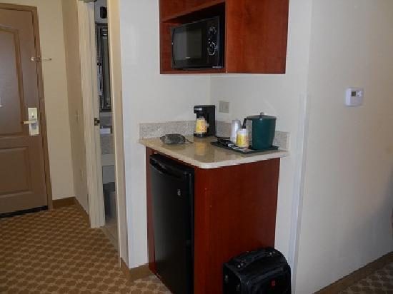 Country Inn & Suites: Our Room- Microwave, Fridge