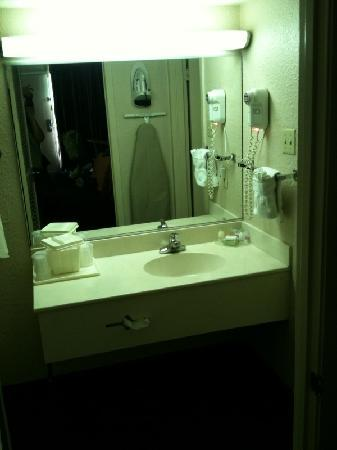 Cabot Lodge: Bathroom vanity area