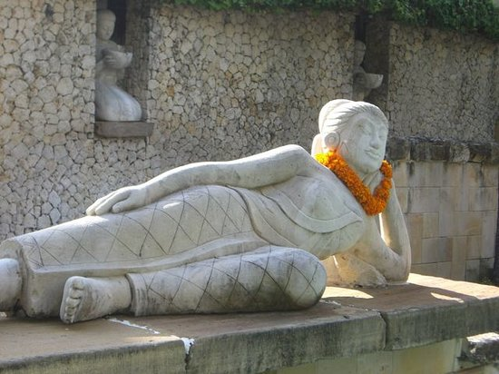 Tanjung Benoa, Indonesien: Statue overlooking the Nirwana pool