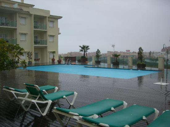 Manilva, Spanien: outdoor swimming pool in the rain